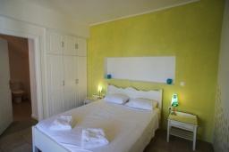 Спальня 2. Греция, Коккино Хорио : Прекрасная вилла с бассейном в 50 метрах от моря, 4 спальни, 3 ванные комнаты, барбекю, парковка, Wi-Fi