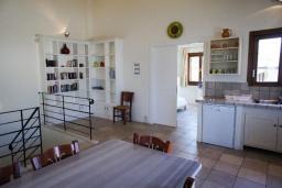Кухня. Греция, Коккино Хорио : Прекрасная вилла с бассейном в 50 метрах от моря, 4 спальни, 3 ванные комнаты, барбекю, парковка, Wi-Fi