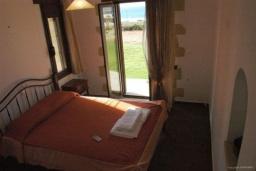 Спальня. Греция, Фаласарна : Прекрасная вилла с зеленым двориком и видом на море, 2 спальни, 2 ванные комнаты, парковка, Wi-Fi