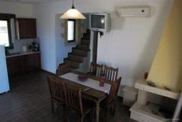 Гостиная. Греция, Фаласарна : Прекрасная вилла с зеленым двориком и видом на море, 2 спальни, 2 ванные комнаты, парковка, Wi-Fi