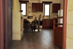 Кухня. Греция, Фаласарна : Прекрасная вилла с зеленым двориком и видом на море, 2 спальни, 2 ванные комнаты, парковка, Wi-Fi