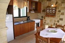 Кухня. Греция, Георгиуполис : Прекрасная вилла с бассейном и двориком с барбекю, 2 спальни, парковка, Wi-Fi