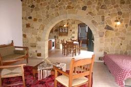 Гостиная. Греция, Георгиуполис : Прекрасная вилла с бассейном и двориком с барбекю, 2 спальни, парковка, Wi-Fi
