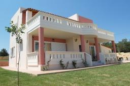 Фасад дома. Греция, Айя Марина : Роскошная вилла с бассейном и зеленым двориком с барбекю, 4 спальни, 3 ванные комнаты, джакузи, парковка, Wi-Fi