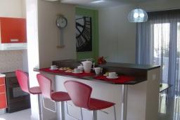 Кухня. Греция, Айя Марина : Роскошная вилла с бассейном и зеленым двориком с барбекю, 4 спальни, 3 ванные комнаты, джакузи, парковка, Wi-Fi