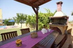 Обеденная зона. Греция, Айя Марина : Роскошная вилла с бассейном и зеленым двориком с барбекю, 4 спальни, 3 ванные комнаты, джакузи, парковка, Wi-Fi