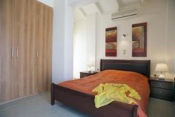 Спальня. Греция, Айя Марина : Роскошная вилла с бассейном и зеленым двориком с барбекю, 4 спальни, 3 ванные комнаты, джакузи, парковка, Wi-Fi
