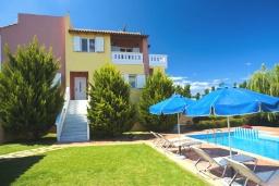Фасад дома. Греция, Айя Марина : Роскошная вилла с бассейном и зеленым двориком с барбекю, 5 спален, 4 ванные комнаты, джакузи, парковка, Wi-Fi