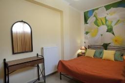 Спальня. Греция, Айя Марина : Роскошная вилла с бассейном и зеленым двориком с барбекю, 5 спален, 4 ванные комнаты, джакузи, парковка, Wi-Fi