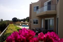 Фасад дома. Греция, Айя Марина : Шикарная вилла с бассейном и двориком с барбекю, 4 спальни, 4 ванные комнаты, джакузи, парковка, Wi-Fi