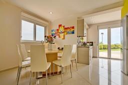 Кухня. Греция, Айя Марина : Шикарная вилла с бассейном и двориком с барбекю, 4 спальни, 4 ванные комнаты, джакузи, парковка, Wi-Fi
