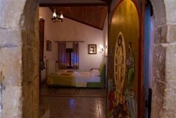 Спальня. Греция, Киссамос Кастели : Каменный дом с бассейном и зеленой территорией, 5 спален, 3 ванные комнаты, барбекю, парковка, Wi-Fi