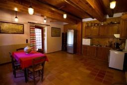 Кухня. Греция, Киссамос Кастели : Каменный дом с бассейном и зеленой территорией, 5 спален, 3 ванные комнаты, барбекю, парковка, Wi-Fi