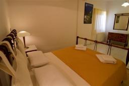 Спальня. Греция, Ханья : Роскошная вилла с бассейном и большой зеленой территорией, 2 гостиные, 7 спален, 4 ванные комнаты, джакузи, барбекю, парковка, Wi-Fi