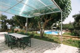 Терраса. Греция, Ханья : Роскошная вилла с бассейном и большой зеленой территорией, 2 гостиные, 7 спален, 4 ванные комнаты, джакузи, барбекю, парковка, Wi-Fi