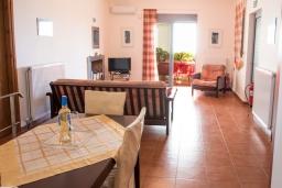 Гостиная. Греция, Коккино Хорио : Прекрасная вилла в 50 метра от пляжа, 3 спальни, 2 ванные комнаты, барбекю, парковка, Wi-Fi