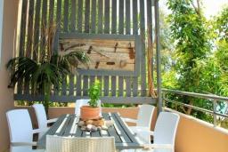 Обеденная зона. Греция, Плакиас : Замечательная вилла с бассейном и видом на море, 3 спальни, 2 ванные комнаты, джакузи, зеленый сад, барбекю, парковка, Wi-Fi