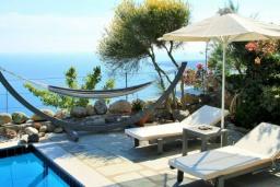 Зона отдыха у бассейна. Греция, Плакиас : Замечательная вилла с бассейном и видом на море, 3 спальни, 2 ванные комнаты, джакузи, зеленый сад, барбекю, парковка, Wi-Fi