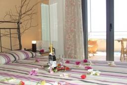 Спальня. Греция, Плакиас : Замечательная вилла с бассейном и видом на море, 3 спальни, 2 ванные комнаты, джакузи, зеленый сад, барбекю, парковка, Wi-Fi
