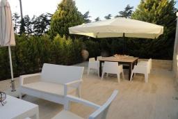 Патио. Греция, Гувес : Роскошная вилла с большим бассейном и зеленым двориком с барбекю, 4 спальни, 3 ванные комнаты, детская площадка, парковка, Wi-Fi