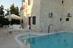 Фасад дома. Греция, Гувес : Роскошная вилла с большим бассейном и зеленым двориком с барбекю, 4 спальни, 3 ванные комнаты, детская площадка, парковка, Wi-Fi
