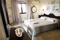 Спальня 2. Греция, Гувес : Роскошная вилла с большим бассейном и зеленым двориком с барбекю, 4 спальни, 3 ванные комнаты, детская площадка, парковка, Wi-Fi