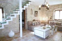 Гостиная. Греция, Гувес : Роскошная вилла с большим бассейном и зеленым двориком с барбекю, 4 спальни, 3 ванные комнаты, детская площадка, парковка, Wi-Fi