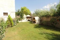 Территория. Греция, Гувес : Роскошная вилла с большим бассейном и зеленым двориком с барбекю, 4 спальни, 3 ванные комнаты, детская площадка, парковка, Wi-Fi