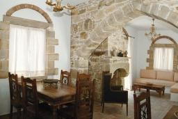 Гостиная. Греция, Превели : Прекрасная вилла с бассейном, зеленым двориком и видом на море, 2 спальни, барбекю, парковка, Wi-Fi
