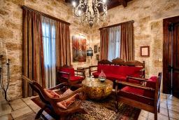 Гостиная. Греция, Киссамос Кастели : Роскошная каменная усадьба с 4 спальнями, бассейном, зелёным садом с барбекю, тренажёрным залом и хаммамом