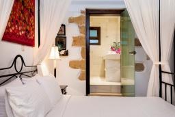 Спальня. Греция, Киссамос Кастели : Роскошная каменная усадьба с 4 спальнями, бассейном, зелёным садом с барбекю, тренажёрным залом и хаммамом