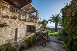 Фасад дома. Греция, Киссамос Кастели : Роскошная каменная усадьба с 4 спальнями, бассейном, зелёным садом с барбекю, тренажёрным залом и хаммамом