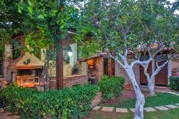 Территория. Греция, Киссамос Кастели : Роскошная каменная усадьба с 4 спальнями, бассейном, зелёным садом с барбекю, тренажёрным залом и хаммамом