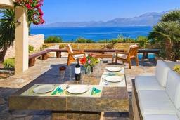 Патио. Греция, Аниссарас : Шикарная вилла с бассейном и видом на море, 3 спальни, 3 ванные комнаты, барбекю, парковка, Wi-Fi