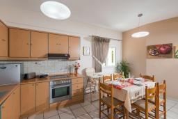 Кухня. Греция, Панормо : Шикарная вилла с бассейном и зеленой территорией, 2 спальни, 2 ванные комнаты, барбекю, детская площадка, парковка, Wi-Fi