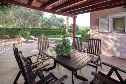 Патио. Греция, Панормо : Шикарная вилла с бассейном и зеленым двориком с барбекю, 2 спальни, 2 ванные комнаты, парковка, Wi-Fi