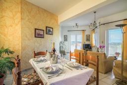 Обеденная зона. Греция, Панормо : Шикарная вилла с бассейном и зеленым двориком с барбекю, 2 спальни, 2 ванные комнаты, парковка, Wi-Fi