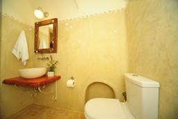 Ванная комната. Греция, Панормо : Роскошная вилла с бассейном в 100 метрах от пляжа, 3 спальни, 3 ванные комнаты, барбекю, парковка, Wi-Fi
