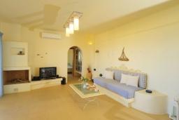Гостиная. Греция, Панормо : Роскошная вилла с бассейном в 100 метрах от пляжа, 3 спальни, 3 ванные комнаты, барбекю, парковка, Wi-Fi