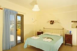 Спальня. Греция, Панормо : Роскошная вилла с бассейном в 100 метрах от пляжа, 3 спальни, 3 ванные комнаты, барбекю, парковка, Wi-Fi