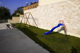 Детская площадка. Греция, Аделе : Прекрасная вилла с бассейном и зеленым двориком, 2 гостиные с кухнями, 5 спален, 3 ванные комнаты, детская площадка, барбекю, парковка, Wi-Fi