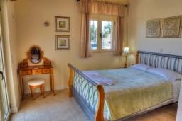 Спальня 2. Греция, Аделе : Прекрасная вилла с бассейном и зеленым двориком, 2 гостиные с кухнями, 5 спален, 3 ванные комнаты, детская площадка, барбекю, парковка, Wi-Fi