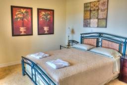 Спальня 3. Греция, Аделе : Прекрасная вилла с бассейном и зеленым двориком, 2 гостиные с кухнями, 5 спален, 3 ванные комнаты, детская площадка, барбекю, парковка, Wi-Fi