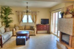 Гостиная. Греция, Аделе : Прекрасная вилла с бассейном и зеленым двориком, 2 гостиные с кухнями, 5 спален, 3 ванные комнаты, детская площадка, барбекю, парковка, Wi-Fi