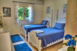 Спальня. Греция, Аделе : Прекрасная вилла с бассейном и зеленым двориком, 2 гостиные с кухнями, 5 спален, 3 ванные комнаты, детская площадка, барбекю, парковка, Wi-Fi