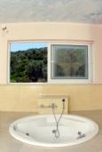 Ванная комната. Греция, Аделе : Роскошная вилла с бассейном и зеленой территорией, 5 спален, 5 ванных комнат, джакузи, барбекю, парковка, Wi-Fi