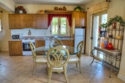 Кухня. Греция, Аделе : Прекрасная вилла с бассейном и зеленым двориком, 2 гостиные с кухнями, 4 спальни, 3 ванные комнаты, детская площадка, барбекю, парковка, Wi-Fi