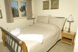 Спальня 2. Греция, Аделе : Прекрасная вилла с бассейном и зеленым двориком, 2 гостиные с кухнями, 4 спальни, 3 ванные комнаты, детская площадка, барбекю, парковка, Wi-Fi
