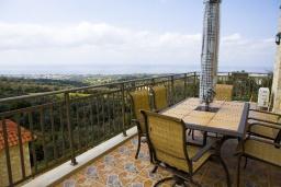 Терраса. Греция, Аделе : Прекрасная вилла с бассейном и зеленым двориком, 2 гостиные с кухнями, 4 спальни, 3 ванные комнаты, детская площадка, барбекю, парковка, Wi-Fi