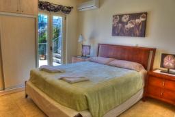 Спальня 3. Греция, Аделе : Прекрасная вилла с бассейном и зеленым двориком, 2 гостиные с кухнями, 4 спальни, 3 ванные комнаты, детская площадка, барбекю, парковка, Wi-Fi